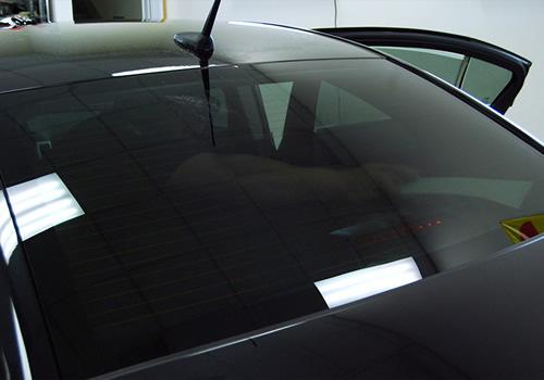 Cách tẩy nhãn dán còn sót lại trên mặt kính xe hơi.